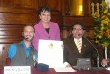 El congreso de la república(Perú) entrega medalla y diploma a Nick Vujicic