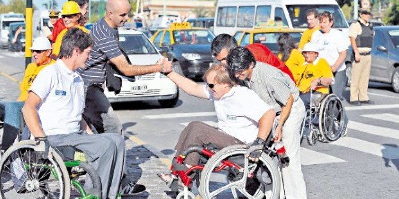 Consejos prácticos para prestar ayuda a una persona con discapacidad