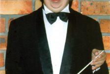 Director de orquesta especial se prepara para brillar en España