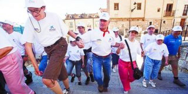 Unas 200 personas con discapacidad intelectual iniciaron hoy un recorrido simbólico del camino a santiago