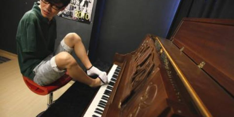El pianista sin brazos Liu Wei se prepara para su primera gira internacional