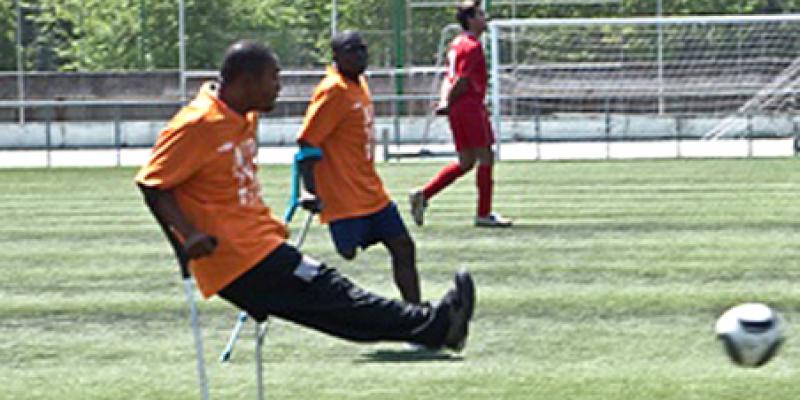 Victimas del terremoto de Haiti juegan futbol con muletas