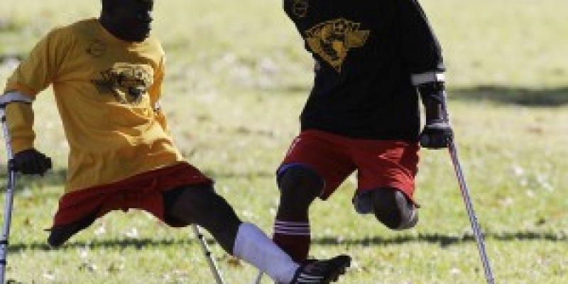 Futbolistas amputados juegan con muletas en Haiti