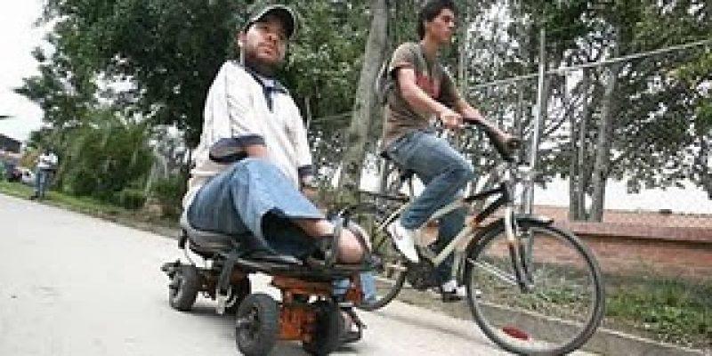 Jóven discapacitado crea patineta para movilizarse