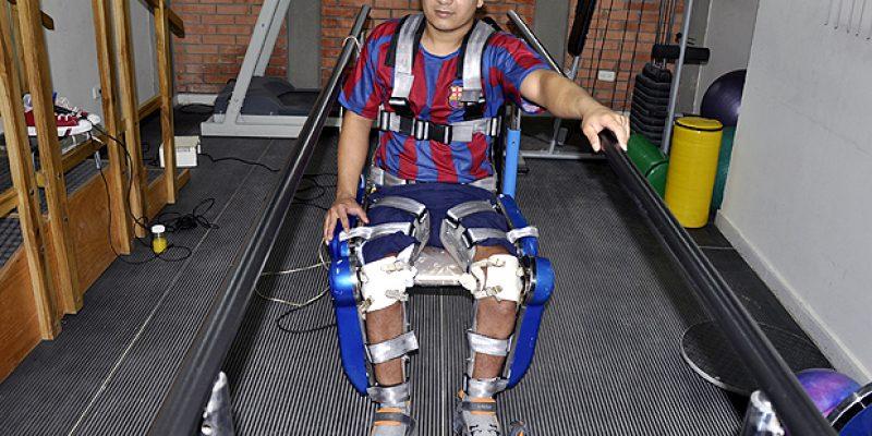 Colombiano con discapacidad podría volver a caminar gracias piernas roboticas