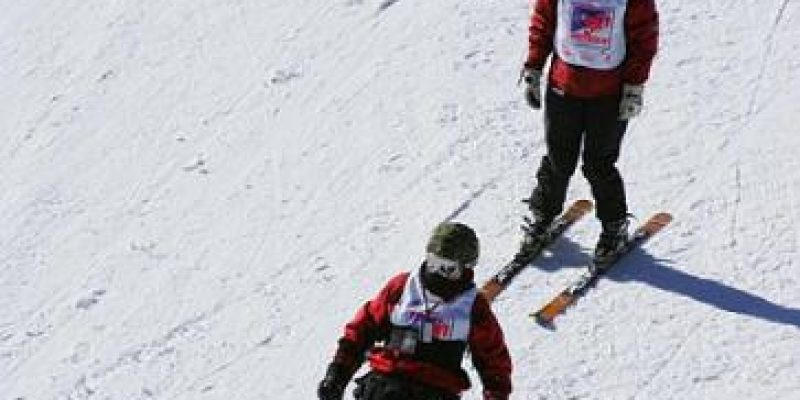 Esquí adaptado para persona con discapacidad
