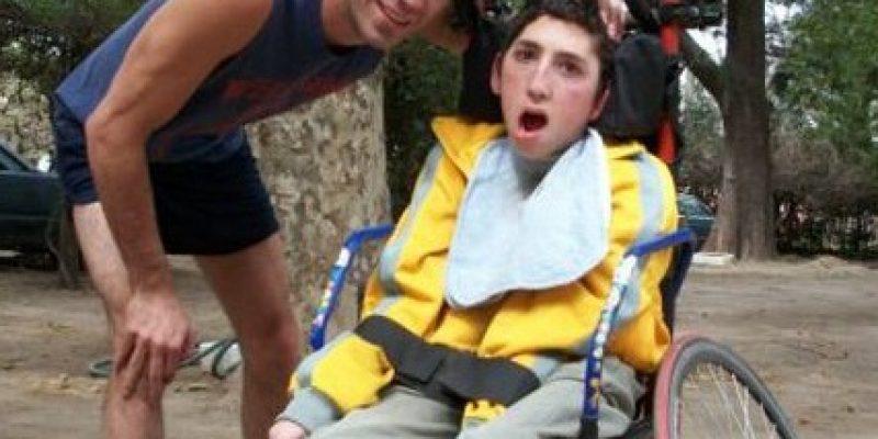 Discapacidad y Superación Participa en maratones con su hermano en silla de ruedas