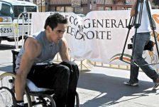 Volvió a caminar tras perder la movilidad de las piernas y ahora ayuda a discapacitados