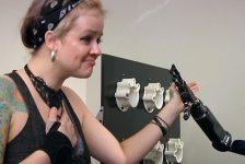 Cuadrapléjico mueve Brazo robótico con el pensamiento