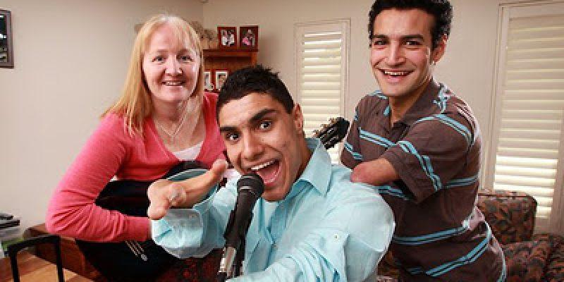 Joven con discapacidad conmueve al jurado en concurso de talentos