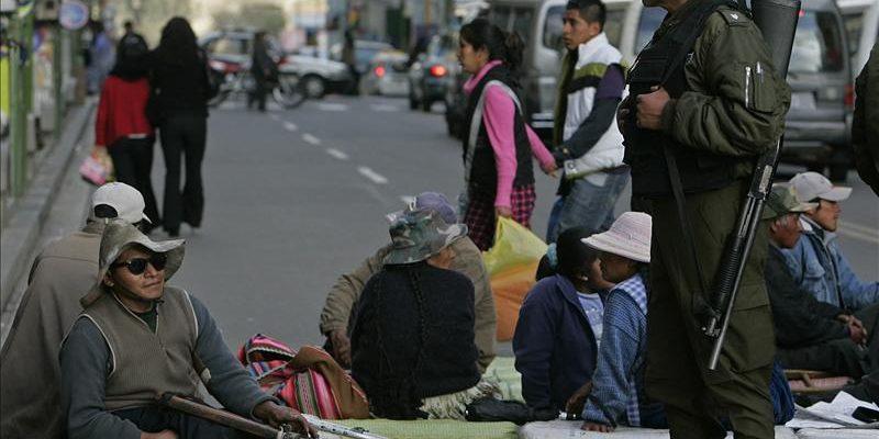 Discapacitados continúan vigilia por bono de trato preferencial en Bolivia