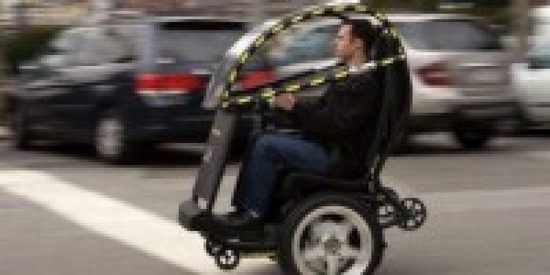 Auto de dos ruedas con modelo de silla de ruedas