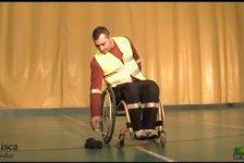 Manejo de silla de ruedas recoger objetos y bajar aceras