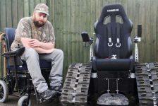 No le permiten usar su silla porque parece un tanque