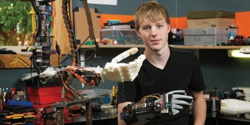 Adolescente crea prótesis robótica de brazo