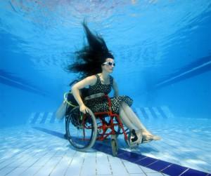 Mujer crea silla de ruedas para bucear
