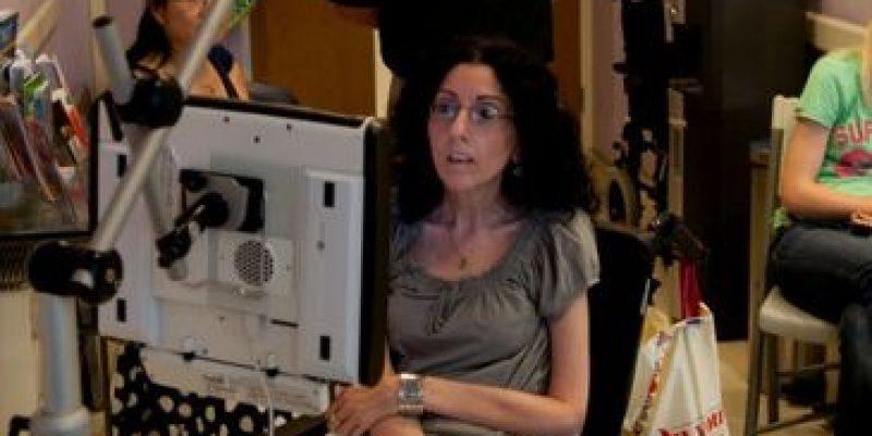 Mujer con parálisis cerebral pinta cuadros con los ojos