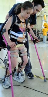 Exoesqueleto robotico ayuda a caminar a niña tetraplejica
