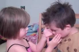 Amor fraternal de niña por hermano con Síndrome de Down
