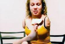 Chica sin brazos causa sensacion en youtube