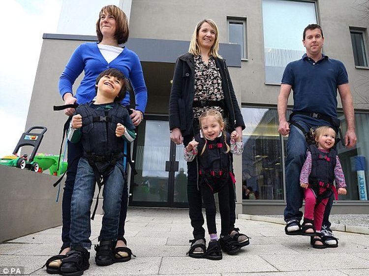 Crea arnés para ayudar a caminar a hijo con parálisis cerebral