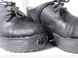 Crean zapatos para ciegos que detectan objetos