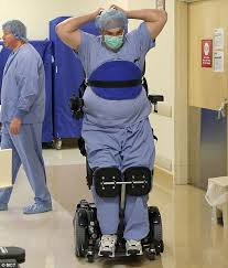 Doctor queda en silla de ruedas pero sigue operando