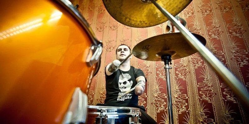 El baterista sin brazos Ruslan Nurislamov