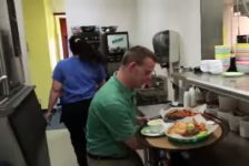 Joven con Sindrome de Down dirige su propio restaurante