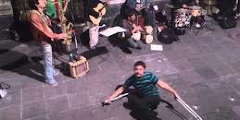 Joven con muletas baila a ritmo de samba