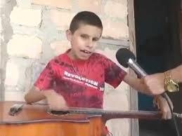 Niño ciego apredio a tocar guitarra oyendo la radio
