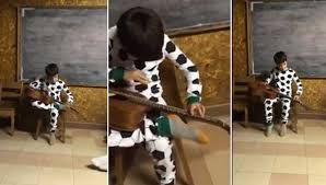 Niño ciego toca guitarra y canta tema de BB King