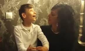 Niño con discapacidad cantante de flamenco