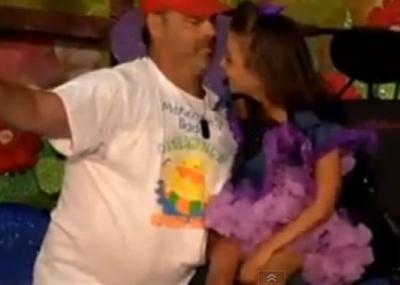 Padre con hija discapacitada bailan en festival escolar