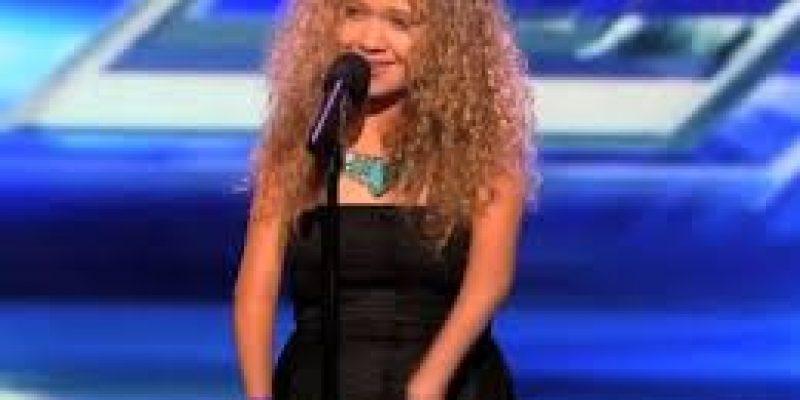 Rion Page la cantante con discapacidad en sus manos