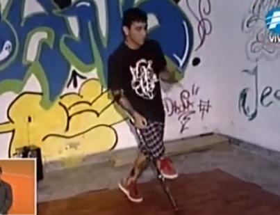 Joven con disacapacidad baila break dance