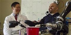 Tetraplejico mueve brazo robotico con su mente