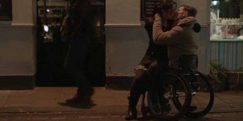 Campaña de parejas con discapacidad besandose