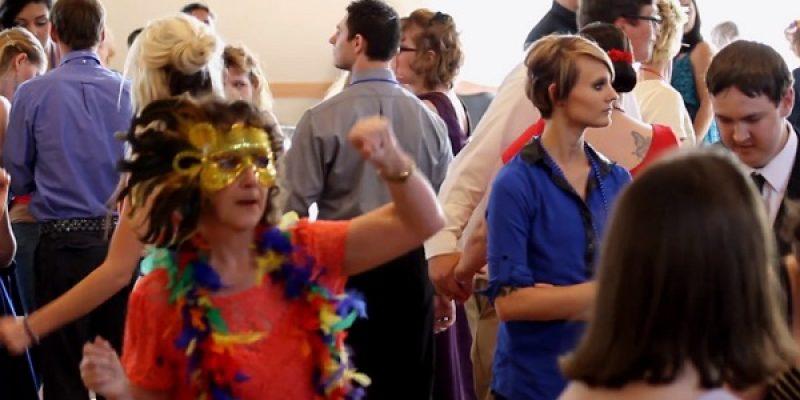 Madre de joven con autismo le organiza fiesta de graduacion