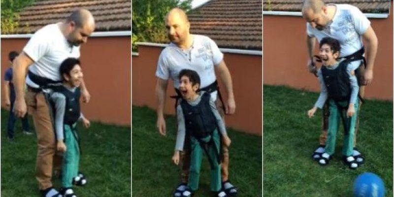 Padre juega al fútbol con su hijo con discapacidad