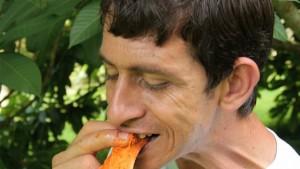 El jardin de frutas exoticas de un joven con discapacidad