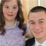 Lleva amiga con Sindrome de Down a fiesta de graduacion