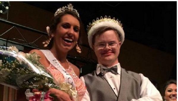 Joven con síndrome de Down es elegido rey de graduación