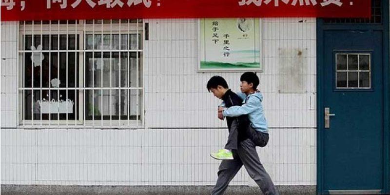 Estudiante chino lleva cargado a clases a su amigo con discapacidad