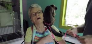 Mono capuchino ayuda a mujer con esclerosis multiple