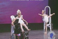 Conmovedor baile de niña con paralisis cerebral y su hermana