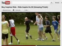 Niño con paralisis cerebral corre junto a sus compañeros